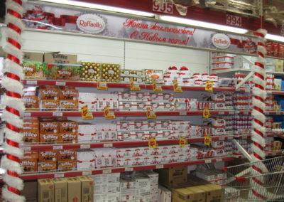 Новогоднее оформление торговых полок