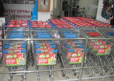 Постеры на продуктовых тележках в супермаркете