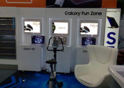 Промо-зона виртуальная реальность с лайтбоксами и дисплеями