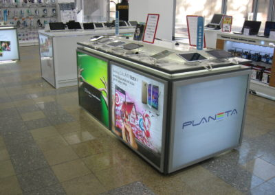 Стол для продажи планшетов со встроенными лайтбоксам