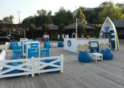 Мобильный бар с деревянной мебелью