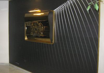 Оформление зоны ресепшн с символикой из металла с золотым напылением
