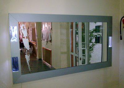 Зеркало со встроенными рекламными дисплеями с подсветкой