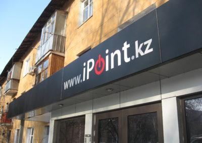 Оформление фасада со световым логотипом